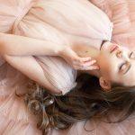 Sukienka w pudrowym różu – jakie buty i dodatki do niej dobrać?